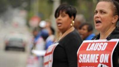 El Distrito Escolar Unificado de Los Angeles considera despidos masivos...
