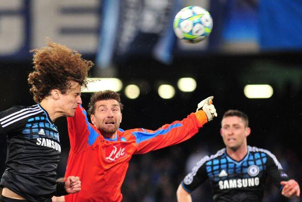 Casi de inmediato, un cabezazo del defsna David Luiz pudo ser el 2-0, pe...