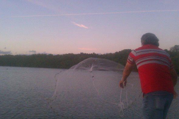 Miguel tirando la tarraya. El y 30 pescadores más estuvieron por 8 meses...