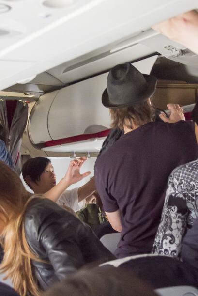 Sacando su equipaje de mano al aterrizar.