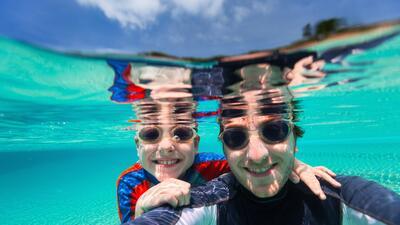 La natación es un deporte divertido que puedes practicar con tus hijos