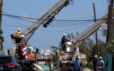 Brigadas de la estatal Autoridad de Energía Eléctrica repa...