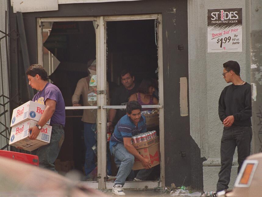 Uno de tantos saqueos que sufrieron los negocios angelinos hace 25 años.