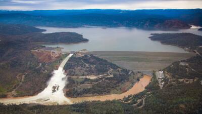 La represa Oroville, en el norte de California, libera 100,000 pies cúbi...