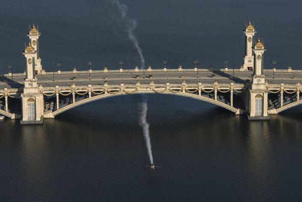 Fotografía facilitada del vuelo acrobático en avioneta realizado por el...