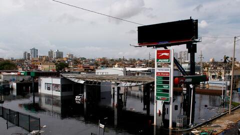 Una estación de gasolina parcialmente inundada en San Juan, Puerto Rico.