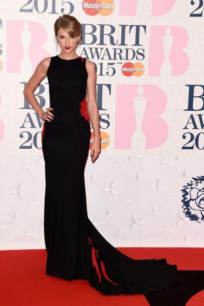 Taylor Swift impactó en la alfombra de los Brit Awards 2015 con este fa...