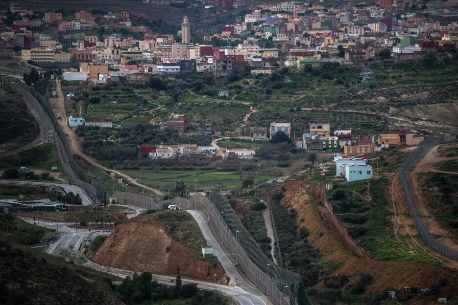 Se trata de una barrera física de 8 kilómetros de separación entre Ceuta...