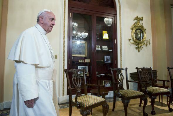 Francisco caminando al encuentro de John Boehner.