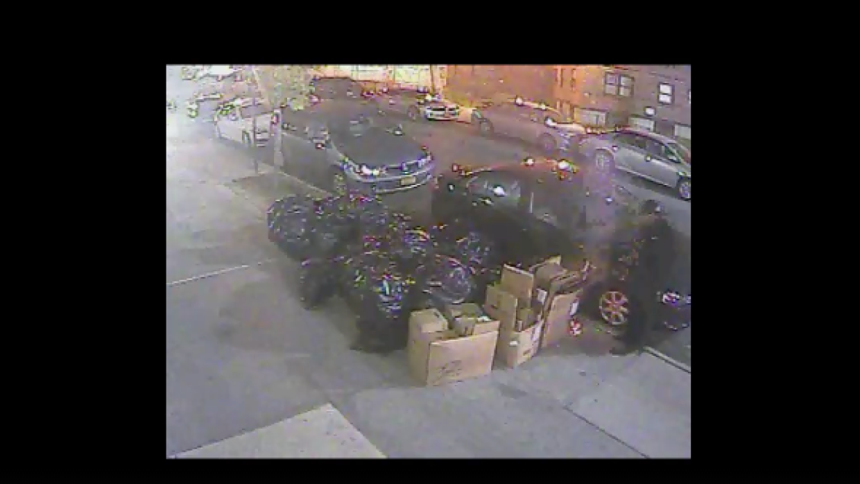 Imagen del sospechoso fue capturada por una cámara de seguridad.