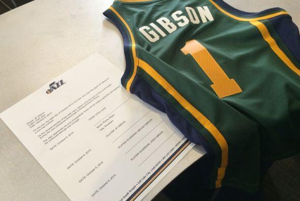 Como todo un profesional, JP Gibson firmó su contrato ante los medios de...