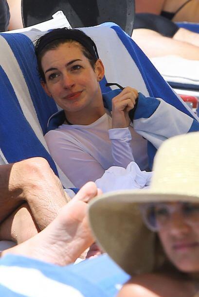 Hathaway descansó en un camastro cubriéndose de una toalla...