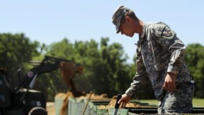 Personal de la Guardia Nacional comenzó a construir diques secundarios p...
