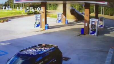 Como de película: un auto sale disparado por el aire y se estrella contra una gasolinera