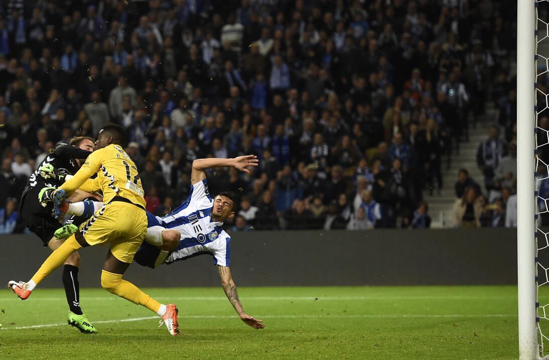'Tecatito' Corona se disfrazó de Van Basten en el empate del Porto Porto...