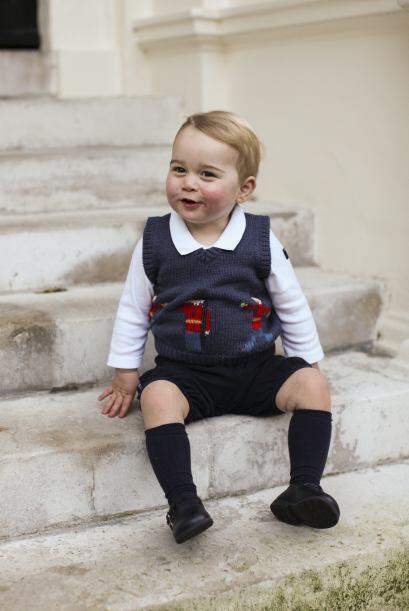 El futuro heredero al trono británico está usando un chaleco azul con la...