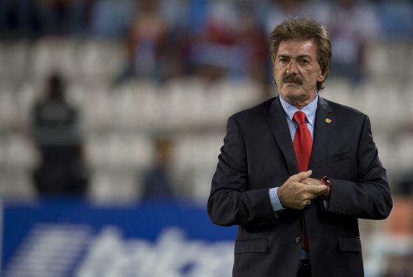 En tanto las Chivas han visto desfilar 9 entrenadores en estos dos años;...