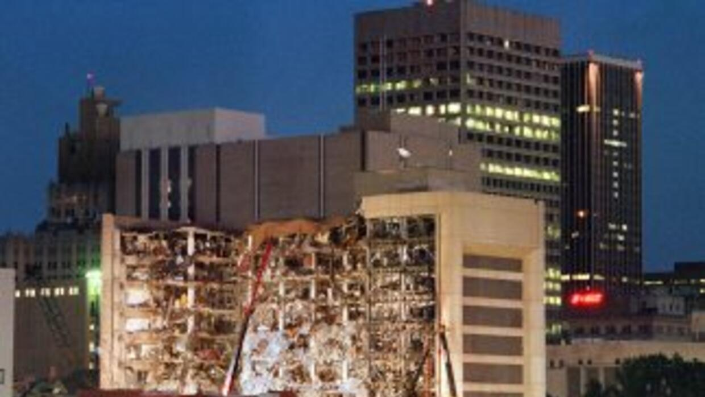 El edificio gubernamental Alfred P. Murrah de Oklahoma City tras el ataq...