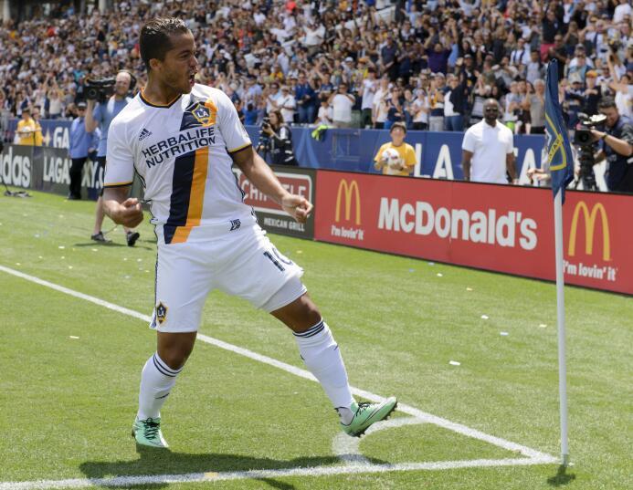 Giovani dos Santos celebra su gol ante el Revolution.
