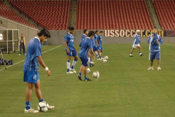 El Salvador, que no irá al Mundial, llegó al Estadio más relajado.