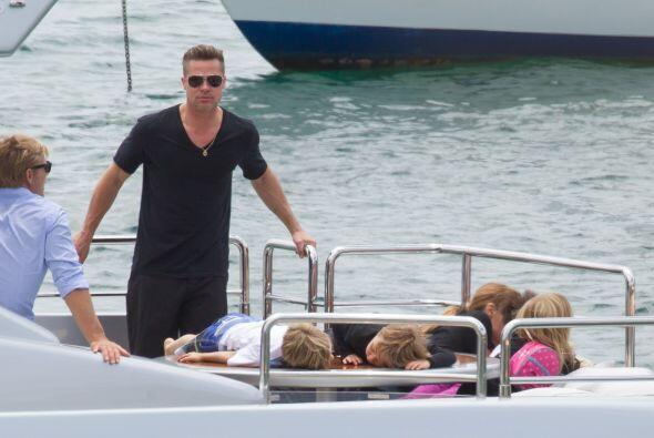 Todos los Jolie-Pitt se reunieron a bordo de un yate. Más videos de Chis...
