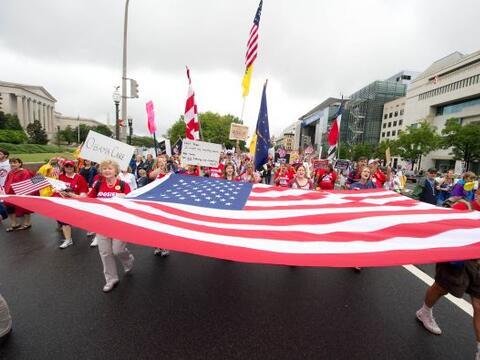 """Activistas del """"Tea party"""" se reunieron el domingo en algunas..."""