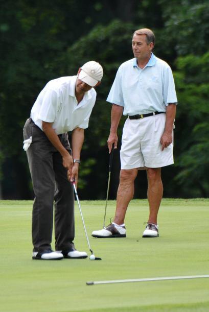 El presidente envió su putt más allá del hoyo, y posteriormente la metió...
