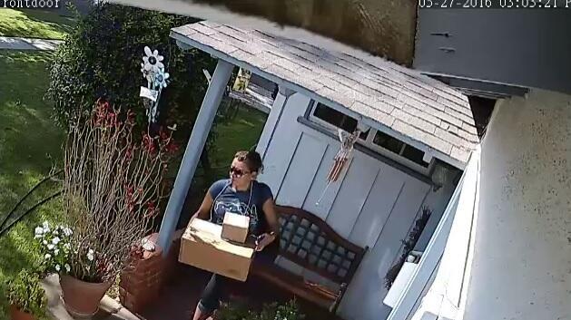 Una mujer fue filmada llevándose varios paquetes de una residencia en el...