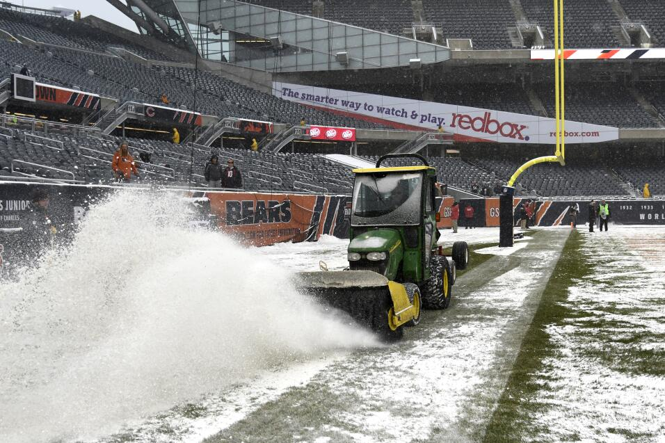 La nieve es arada antes del juego entre los Chicago Bears y los Clevelan...