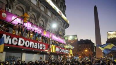 Con banderas y camisetas azul y oro, los colores de Boca, miles de perso...