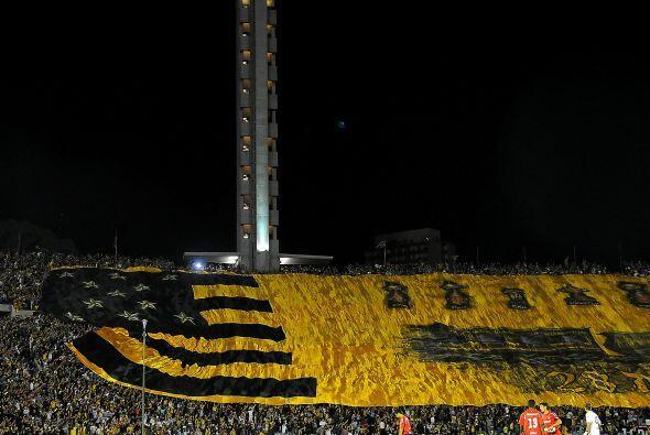 Así quedó extendida la bandera del aurinegro en el Centenario de Montevi...