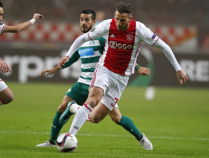 El holandés Mitchell Dijks, del Ajax, está por dar el salto al fútbol in...