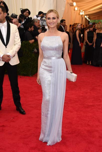 Diane Kruger se envolvió en un sencillo vestido lila, el cual acentuó de...