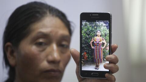 Dominga Vicente muestra la foto de su sobrina que murió de un disparo en...