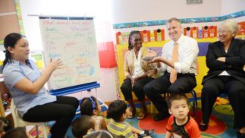 Crean 45 escuelas comunitarias con servicios adicionales para familias n...