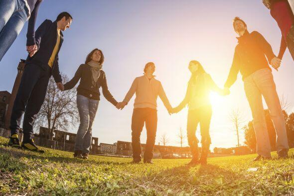 Los conocidos círculos en que varias personas se toman de las manos es o...