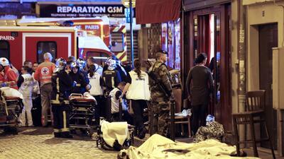 Francia busca cómplices de los atentados que dejaron al menos 128 muerto...