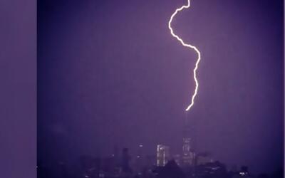 Captan impresionante el momento en que un rayo alcanza el World Trade Ce...