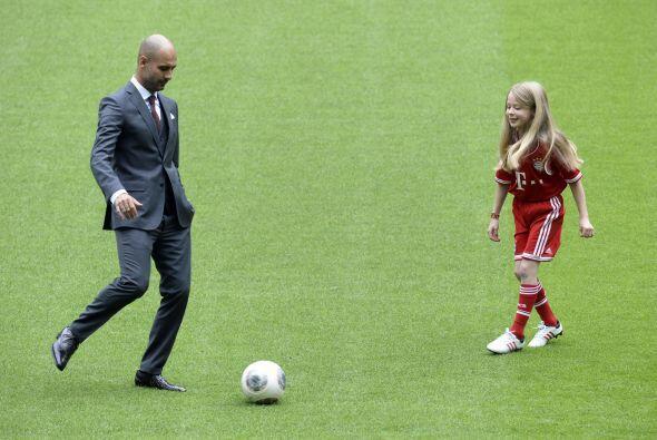 Estuvo unos momentos tocando la pelota con esta niña.