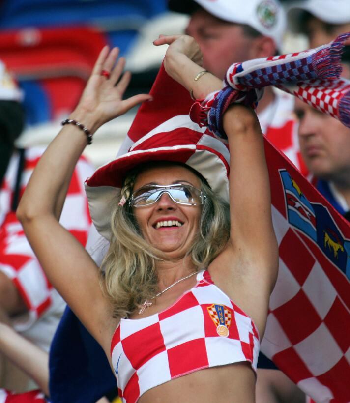 Disfruta de las mejores imágenes de las aficionadas croatas que partido...