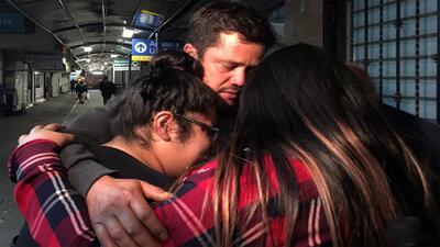 Juan Carlos Fomperosa García se reencuentra con sus hijos en Nogales, México.