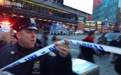 Un policía frente a la estación donde se reportó la...