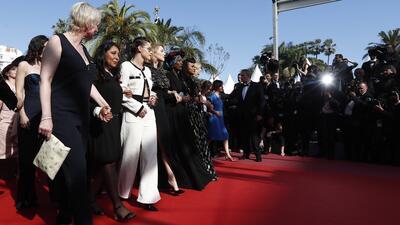 En fotos: 82 mujeres del cine desfilan juntas en la alfombra roja de Cannes por la igualdad de género