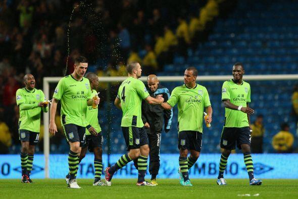 Los rostros del plantel del Aston Villa eran felicidad total, luego de c...
