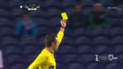 Tarjeta amarilla. El árbitro amonesta a Edgar Costa de Marítimo