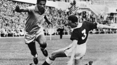 El genial Garrincha, uno de los ídolos máximos del fútbol brasileño cump...