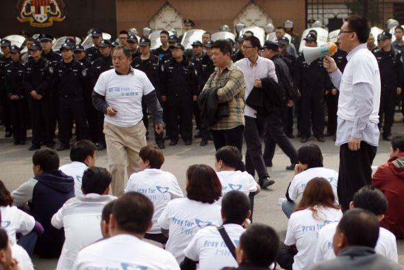 Un gran número de manifestantes vistieron camisetas blancas con el lema...