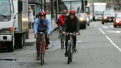 Tres ciclistas se trasladan por las calles de San Francisco, California.