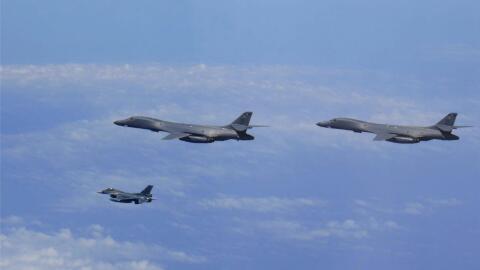 Dos bombarderos estadounidenses B-1B Lancers en ejercicio de tiro junto...