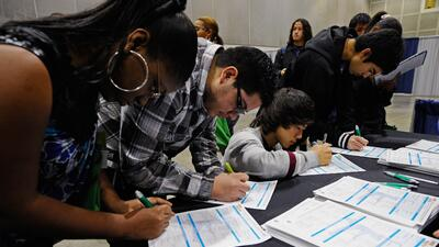 Estudiantes de secundaria en una feria de ayuda financiera y empleos en...